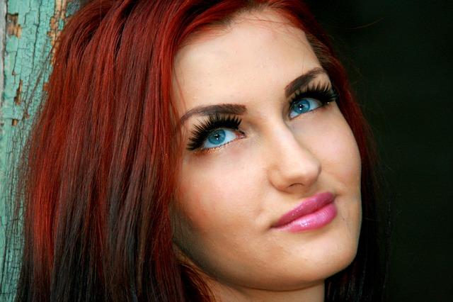 červenovlasá dívka