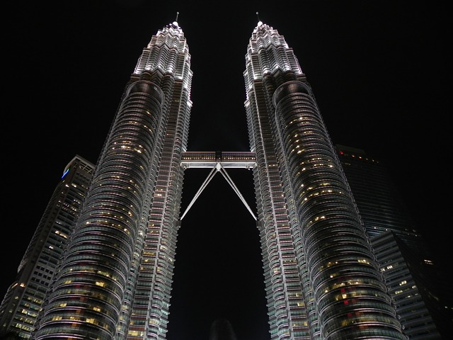 dva mrakodrapy, spojovcí most