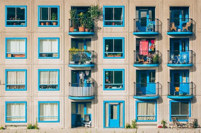 dům, modrá okna, balkony