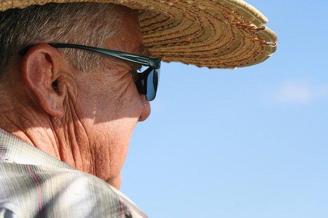 senior s kloboukem.jpg