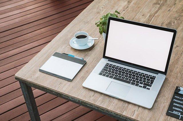 pc na stole s kávou.jpg