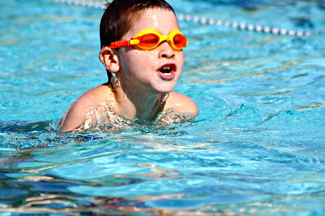 chlapec nad vodou